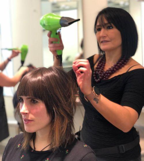 Mujer en peluquería con corte capeado