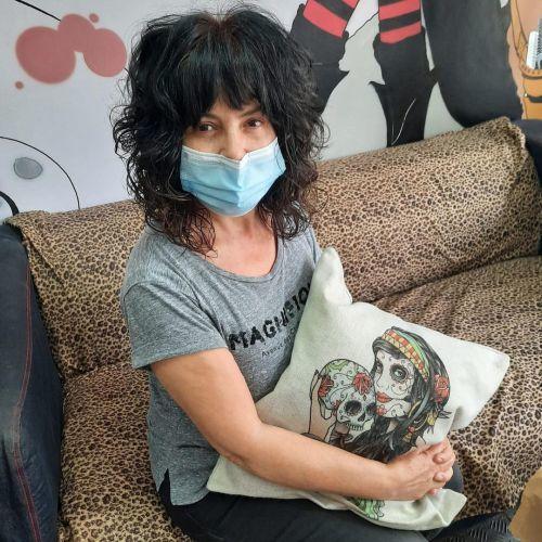 Mujer con mascarilla y cojin de calaveras