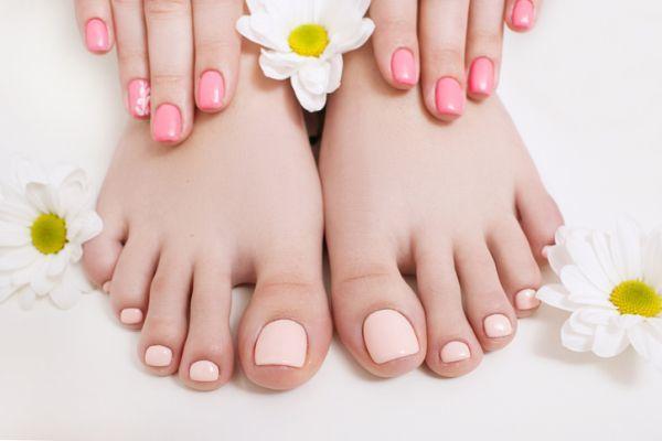 Unas color pastel cortas naturales en manos y pies