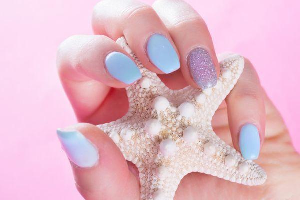 Unas color pastel cortas naturales purpurina
