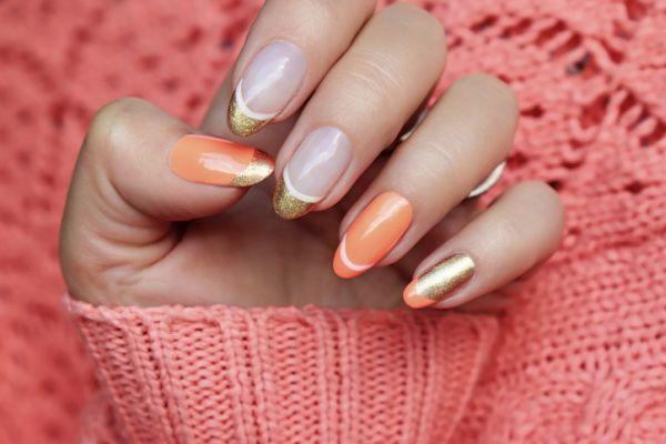 Uñas color pastel de gel con manicura francesa y dorado