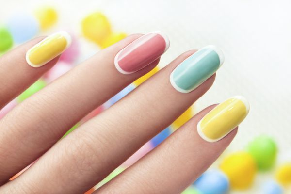 Uñas color pastel de gel multicolor con bordes blancos