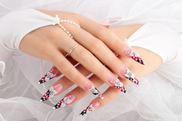 Uñas color pastel largas con adornos de boda