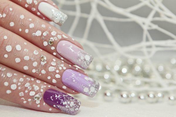 Uñas color pastel largas lilas con perlas y purpurina