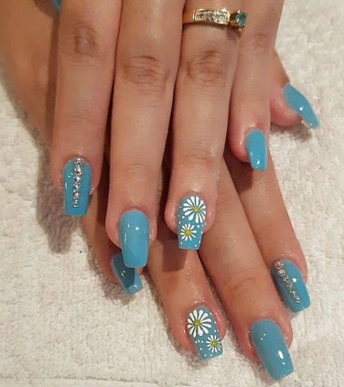 Uñas azules con cuerno de unicornio plateado