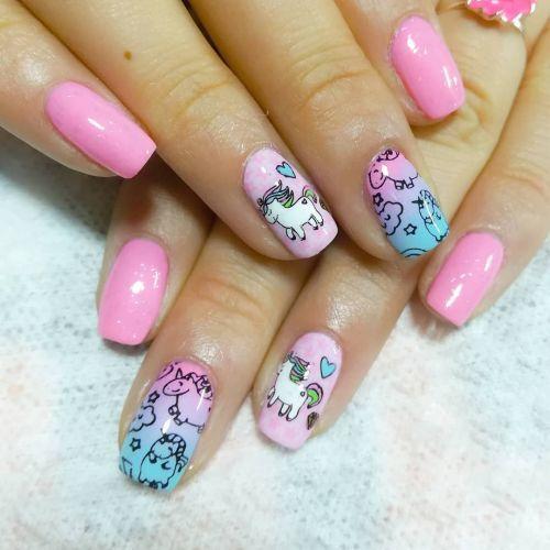 Uñas de colores con unicornios