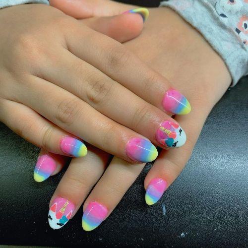 Uñas arcoiris con unicornio