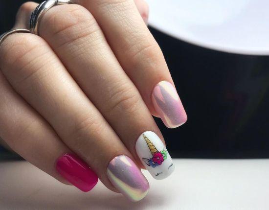 Uñas en tres colores rosa, blanco, y rosado con unicornio