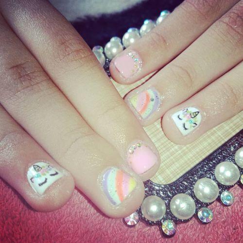 Uñas con unicornio, arcoiris y perlas