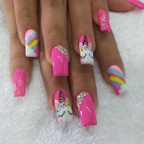 Uñas en rosa y blanco con arcoiris y unicornios