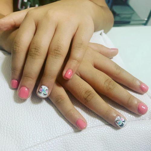 Uñas de niña decoradas con unicornio