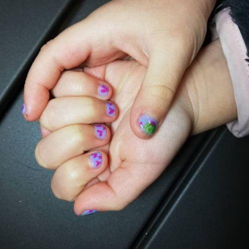 Uñas de niña decoradas con corazones y cactus