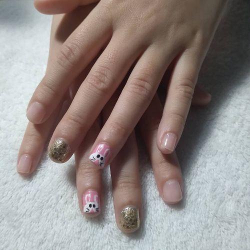 Uñas decoradas con conejitos