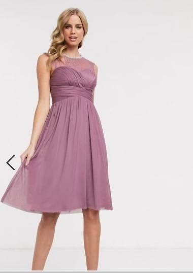 Vestido de dama de honor midi, en rosa con encaje y detalles