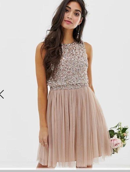 Vestido corto de dama de honor rosa topo con lentejuelas