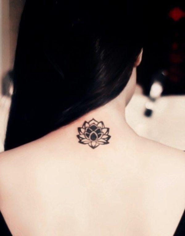 Tatuajes en la espalda diseño flor loto