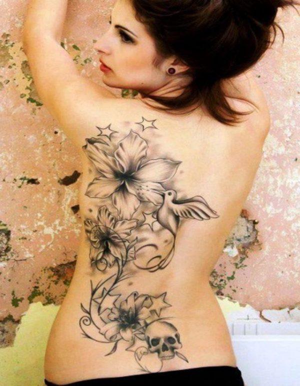 Tatuajes en la espalda diseño flores pajaros calavera