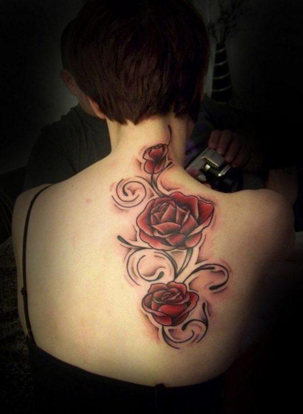 Tatuajes en la espalda diseño rosas color rojas
