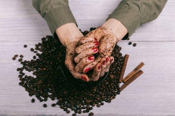 Manos de mujer llenas de cafe y canela