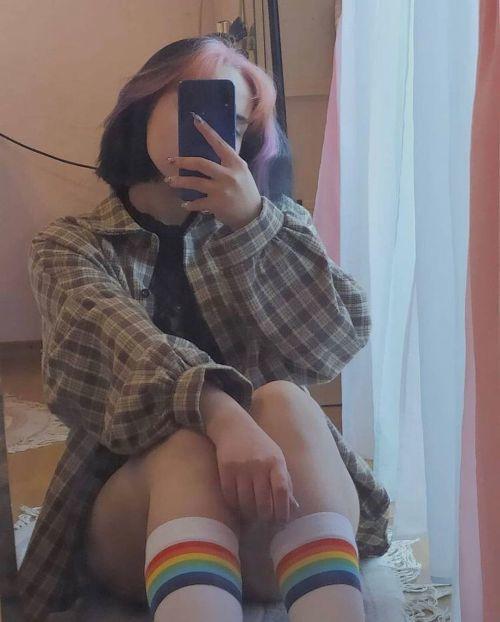 Joven con camisa de cuadros y calcetines de colores