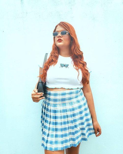Falda plisada de cuadros azules y blancos