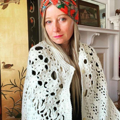 Look Grandmacore joven con cárdigans y pañuelo en la cabeza
