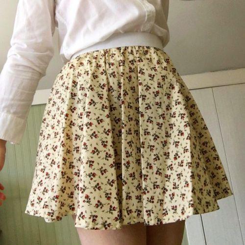 Look Grandmacore falda corta de tablas con flores