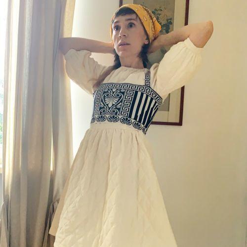 Mujer con vestido rural y pañuelo Grandmacore