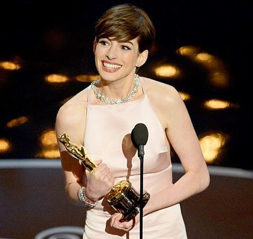 Anne Hathaway pixie con raya lateral