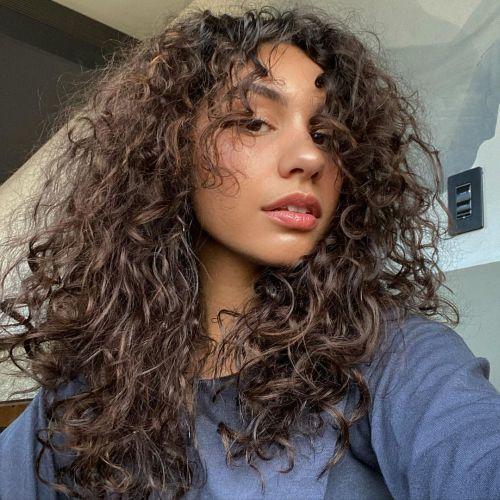Alessia Cara pelo rizado