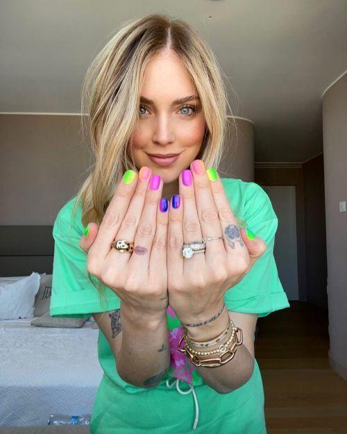 Chiara Ferragni uñas en colores cítricos
