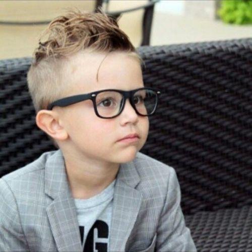 Niño con gafas, chaqueta y corte de pelo moderno