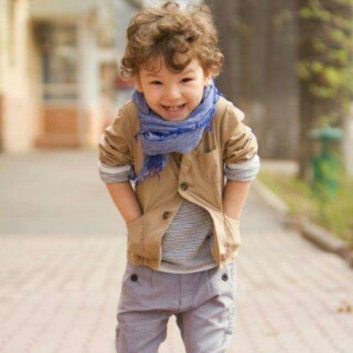 Niño con pelo rizado y volumen arriba