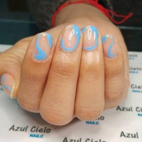 Transparencias azul celeste uñas