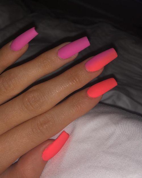 Uñas largas tonos rosas Kylie Jenner
