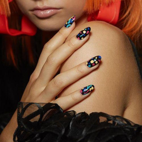 Uñas decoradas con fondo negro