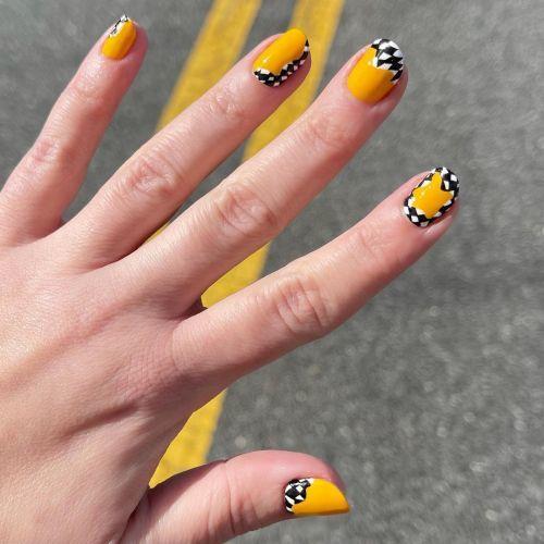 Uñas decoradas en amarillo