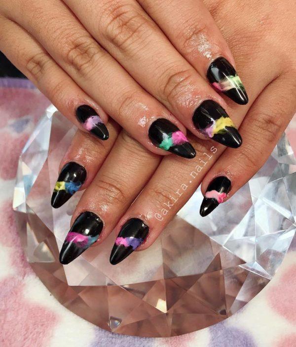 Uñas con fondo negro y manchas de color