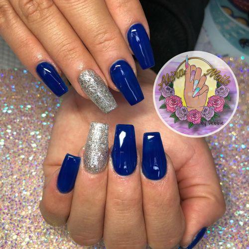 Uñas azules y plateadas