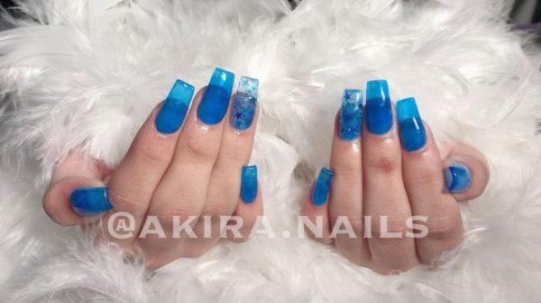 Uñas acrílicas azules transparentes