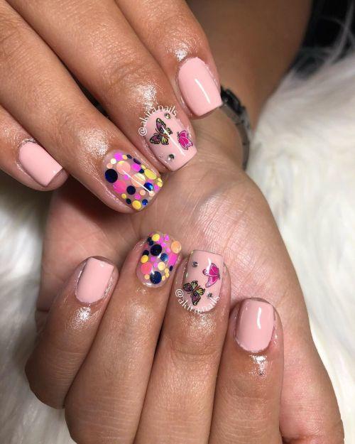 Uñas acrílicas cortas con dibujos y color rosa