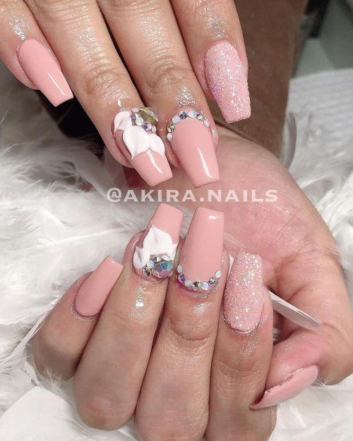 Uñas acrílicas rosa pálido con apliques