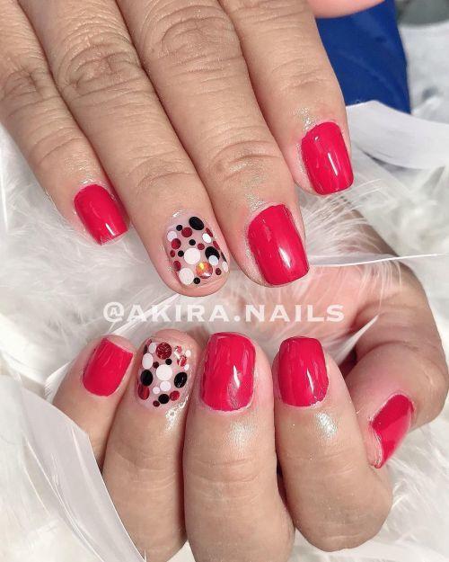 Uñas rojas con lunares de color