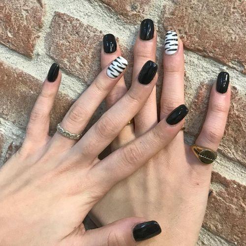 Uñas negras con estampado cebra