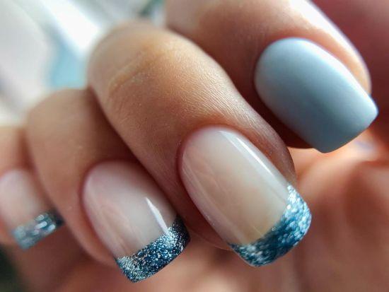 Uñas blancas bordes azules brillantes y azul baby