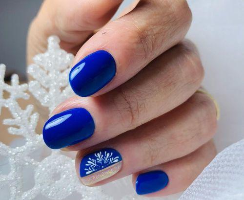 Uñas en azul con flor blanca