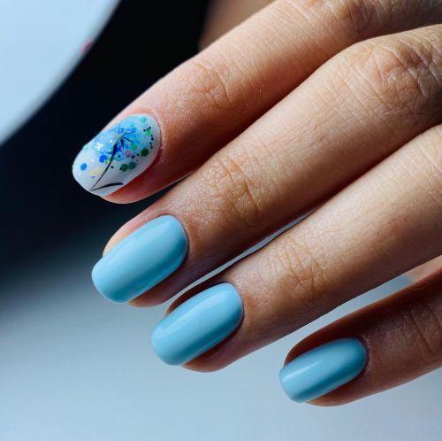 Uñas azules cortas con árbol de la vida o flor de colores
