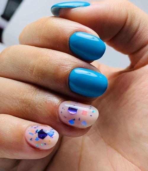 Uñas azules y rosas con apliques de color