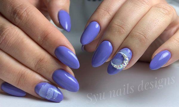 Uñas azules con luna