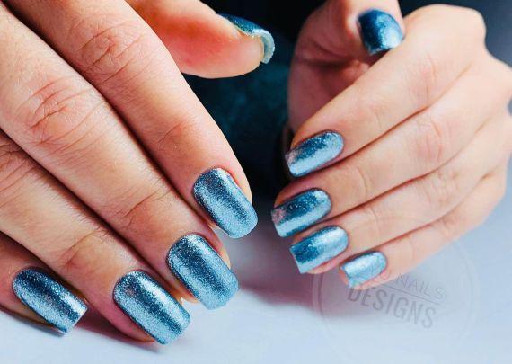 Uñas azules de brillo